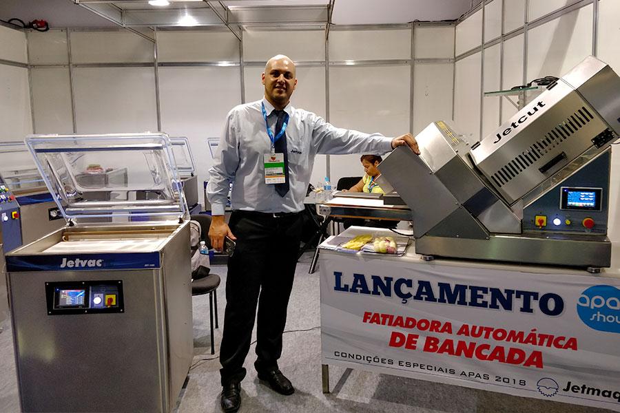 Marco Antônio Santineli, Especialista em Produtos da Jetvac com a nova fatiadora na APAS Show 2018