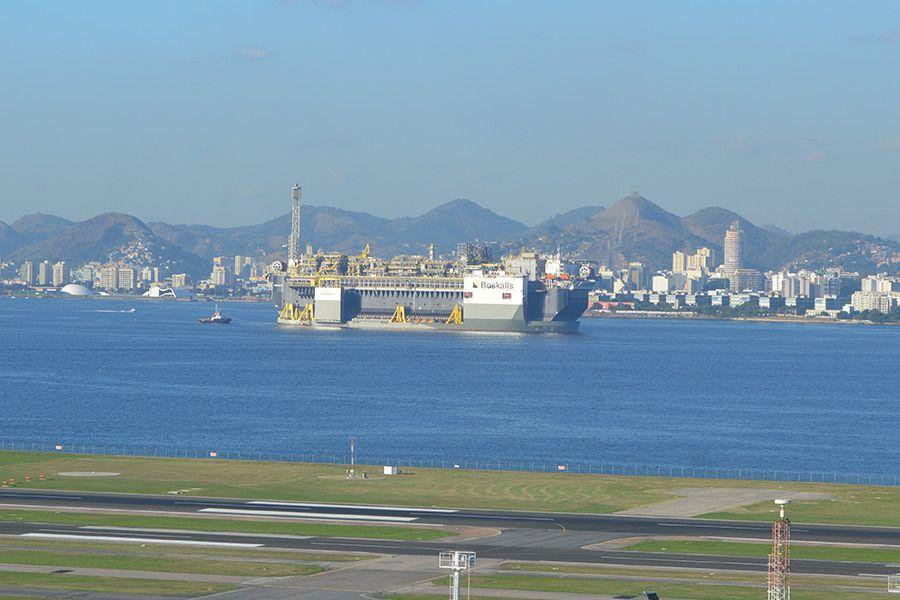 Depois de 45 dias, P-67 chega à Baia de Guanabara