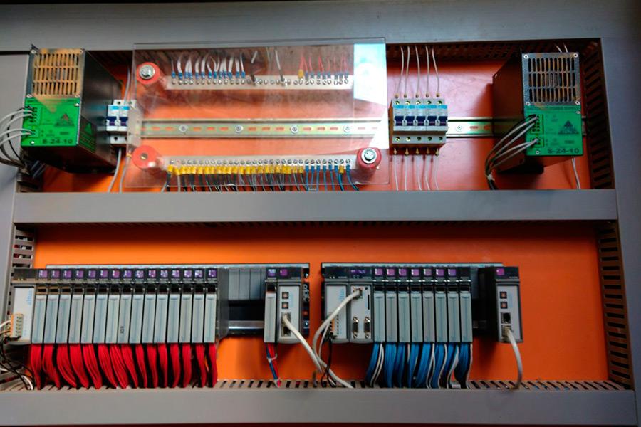 CLP Nexto com CPU, entradas, saídas e extensor de barramento.